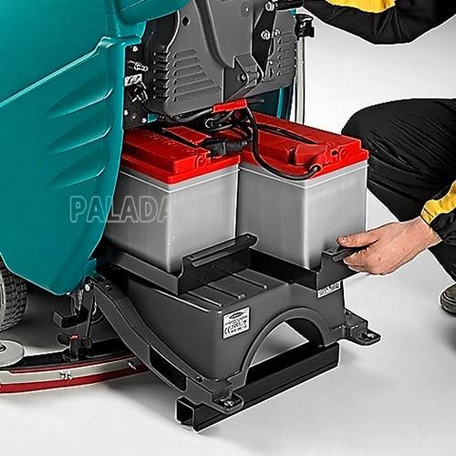 Kiểm tra ắc quy máy chà sàn thường xuyên