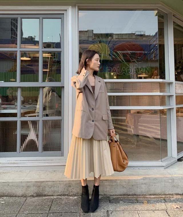 Áo jacket với chân váy xếp ly dịu dàng