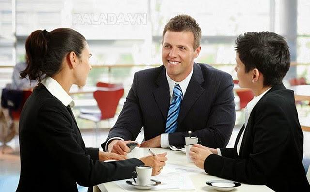 Nhân viên kinh doanh luôn tươi cười